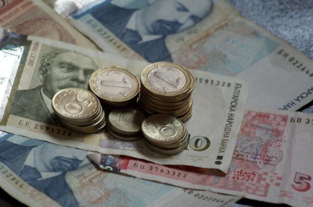 От днес минималната пенсия става 200 лева, а минималната заплата – 510 лв.
