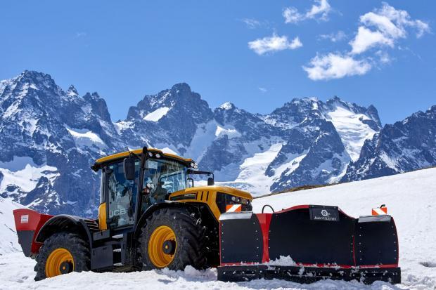 Трактори JCB Fastrac поддържат отлична проходимост в алпийски проходи, затрупани от сняг