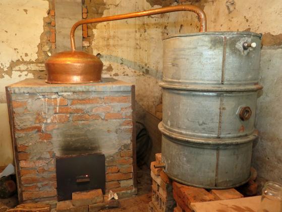 Иззеха над 200 литра домашна ракия от имот в село Гложене