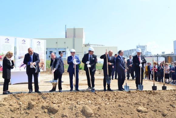 Премиерът Бойко Борисов и министрите Томислав Дончев и Румен Порожанов направиха първа копка на инвестиция за над 200 млн. лв. в преработката на царевица