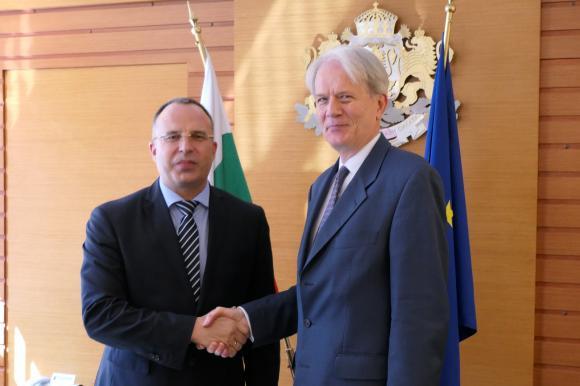 В разгара на скандала с розите Франция предлага помощ на България