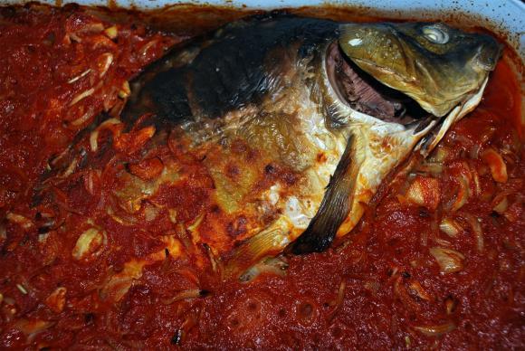 Задушена риба с домати