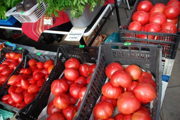 Сезонните плодове и зеленчуци свалят цените на тържищата