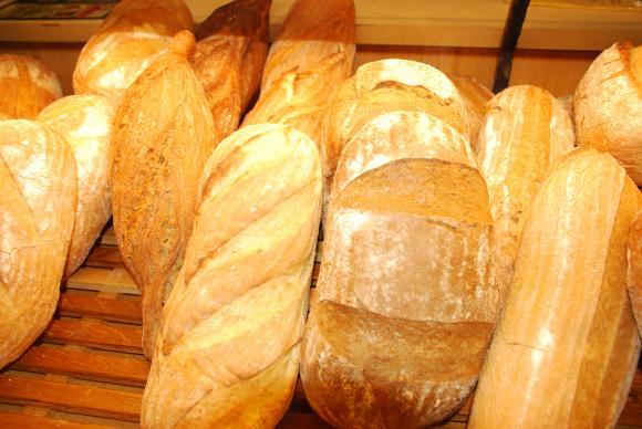 Вместо за по-ниско ДДС при хляба се водят преговори с търговските вериги да свиват надценките си