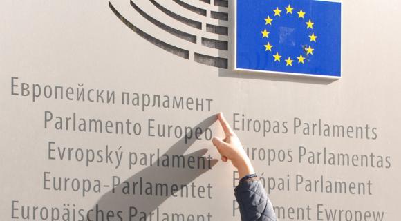 Евродепутати с компромисно решение праговете на плащанията да паднат до 80 хил. евро след 2020 г.