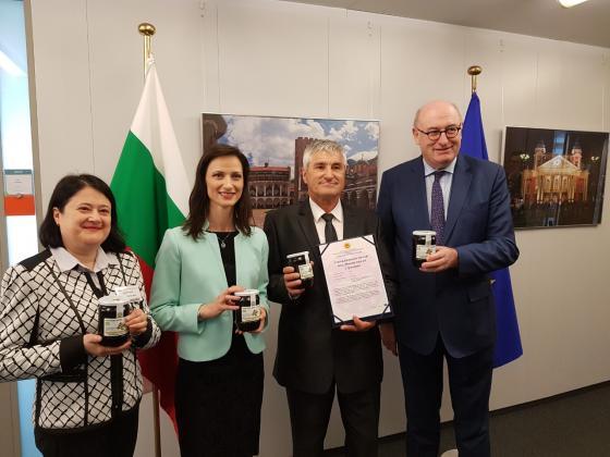 Еврокомисарите Мария Габриел и Фил Хоган връчиха сертификат на българските пчелари за мановия мед