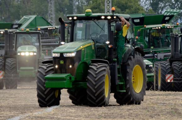 Товарен автомобил блъсна два трактора до село Долни Луковит