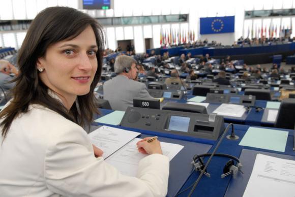 Еврокомисарят Мария Габриел получи медал за принос в защита на интересите на европейските творци