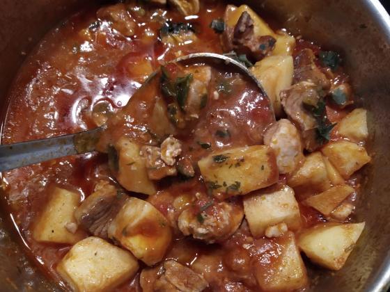Свинско месо с домати и картофи