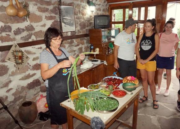 Европейски стил с традиционната храна от Чипровци
