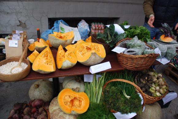 """Постоянен петъчен фермерски фестивал пред търговска верига в софийския квартал """"Крива река"""""""